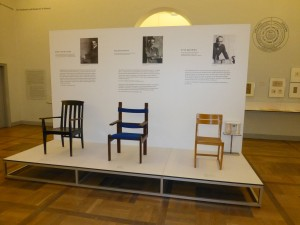 Esposizione al Museo del Bauhaus: sedie, opera di Henri Van de Velde, Walter Gropius, Otto Bartning.