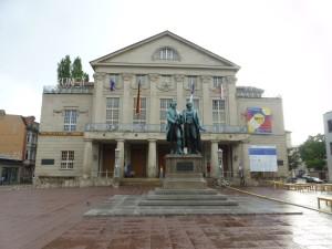 Monumento raffigurante Goethe e Schiller nella piazza che ospita il Teatro Nazionale e il Museo del Bauhaus.